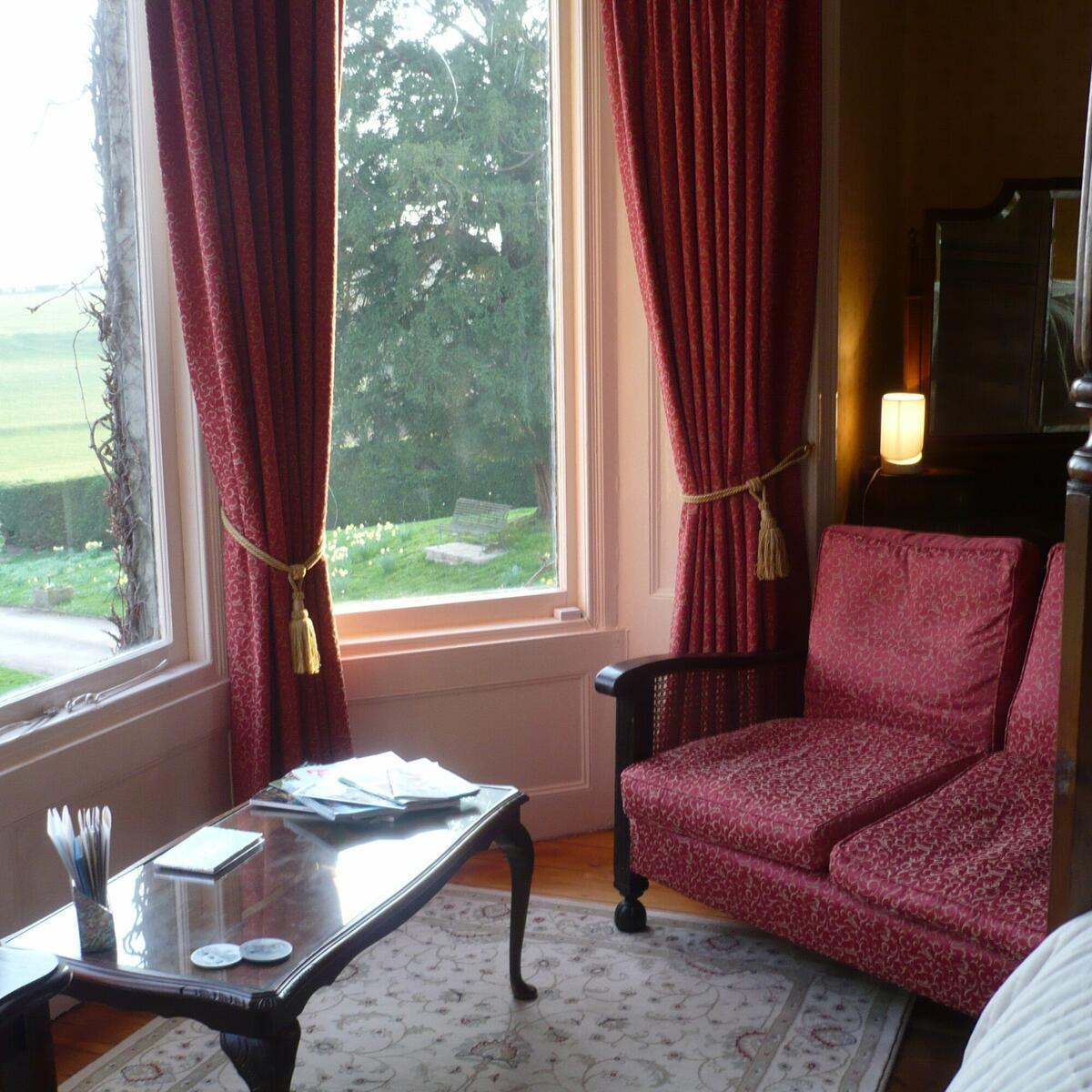 Four poster room sitting area